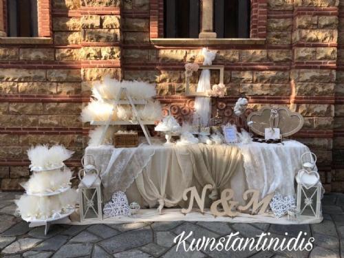 Τραπέζι στολισμού γάμου με μονογράμματα ζευγαριού
