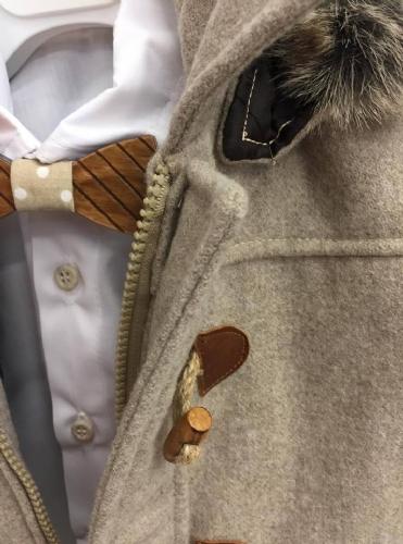 Μπεζ χειμερινό βαπτιστικό ρούχο για αγόρι με ξύλινο παπιγιόν