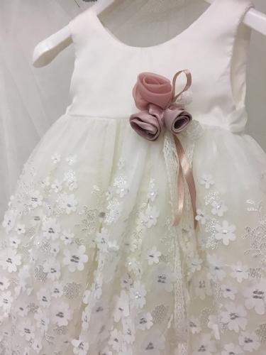 χειροποίητα λουλούδια στολίζουν το φόρεμα