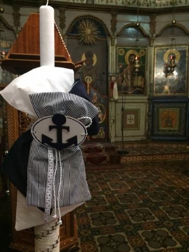Λαμπάδα βάπτισης με ριγέ λευκό μπλε πανί και άγκυρα