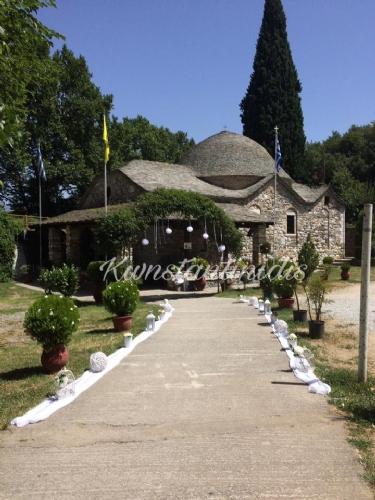 Στολισμός γάμου στην Αγία Μαρίνα Ρεντίνα λευκό λουλούδια και γάζα