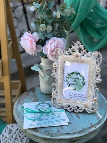 Κορνίζα γάμου μέντα και προσκλητήριο με στεφάνι στα χρώματα της μέντας