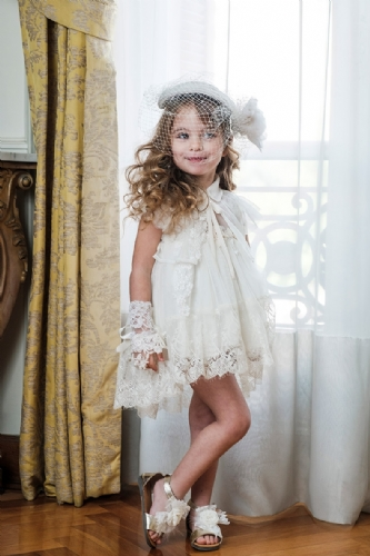 βαπτιστικά ρούχα για κορίτσι ιβουάρ με ζακετάκι και δαντέλα τρέσα